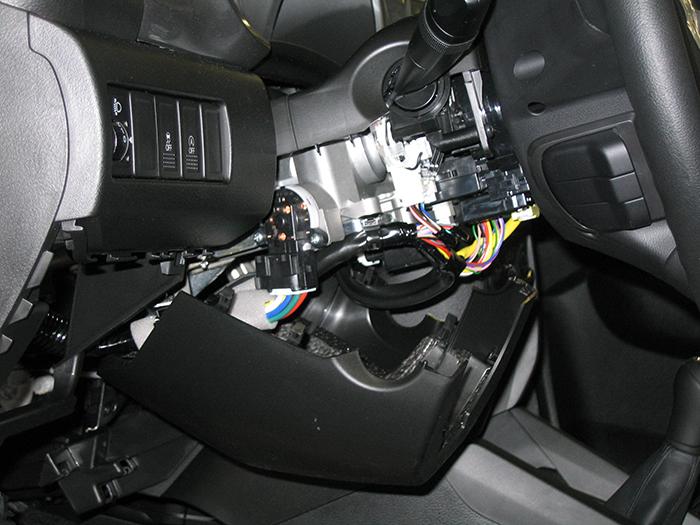 A kormányoszlop-burkolaton látható két pötty már a CM35-ös kezelő rögzítési pontjának helyét jelölik. Lesz hely a burkolat túloldalán, úgyhogy jöhet a 10mm-es fúró!
