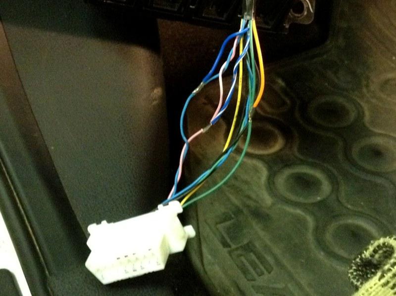 Csak három vezetéket kell bekötni és mind megtalálható az OBD csatlakozó kötegében